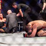 """حبيب نورمحمدوف يحتفظ بلقب """"بطل UFC"""" ويعلن عن اعتزاله بالدموع"""